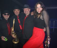 Soul Sensations horn section backstage, Issy Mac Kensie vamping